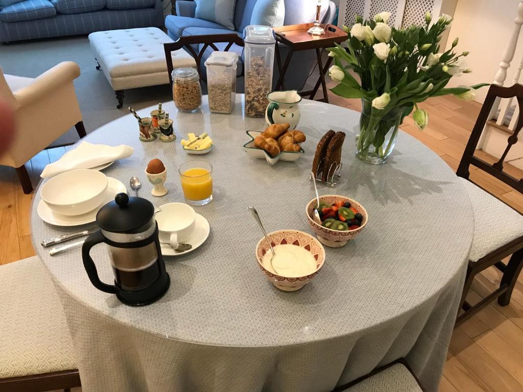 Breakfast at the Fulham B & B.