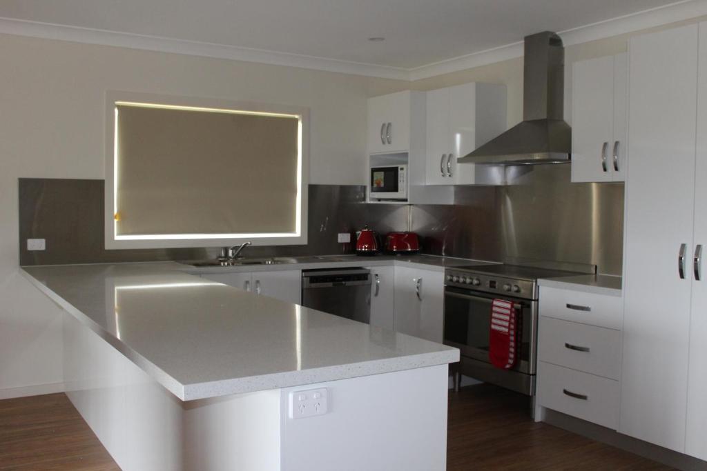 A kitchen or kitchenette at Elm Cottage