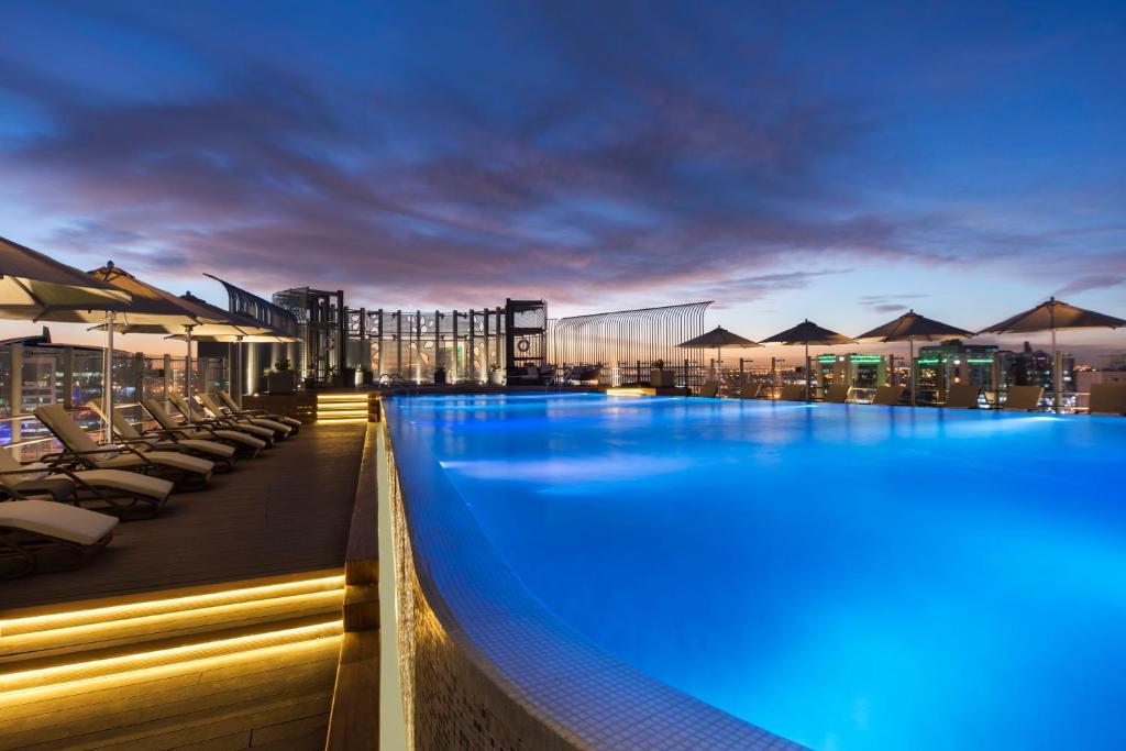 A piscina localizada em Fraser Suites Riyadh ou nos arredores