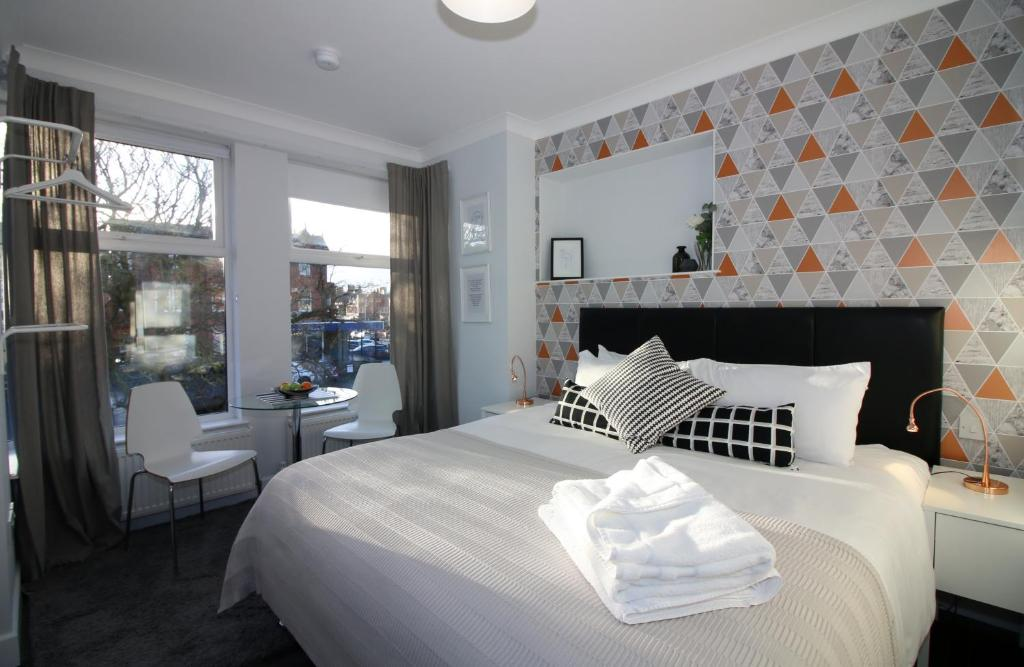 A bed or beds in a room at Sweet Suites Lytham