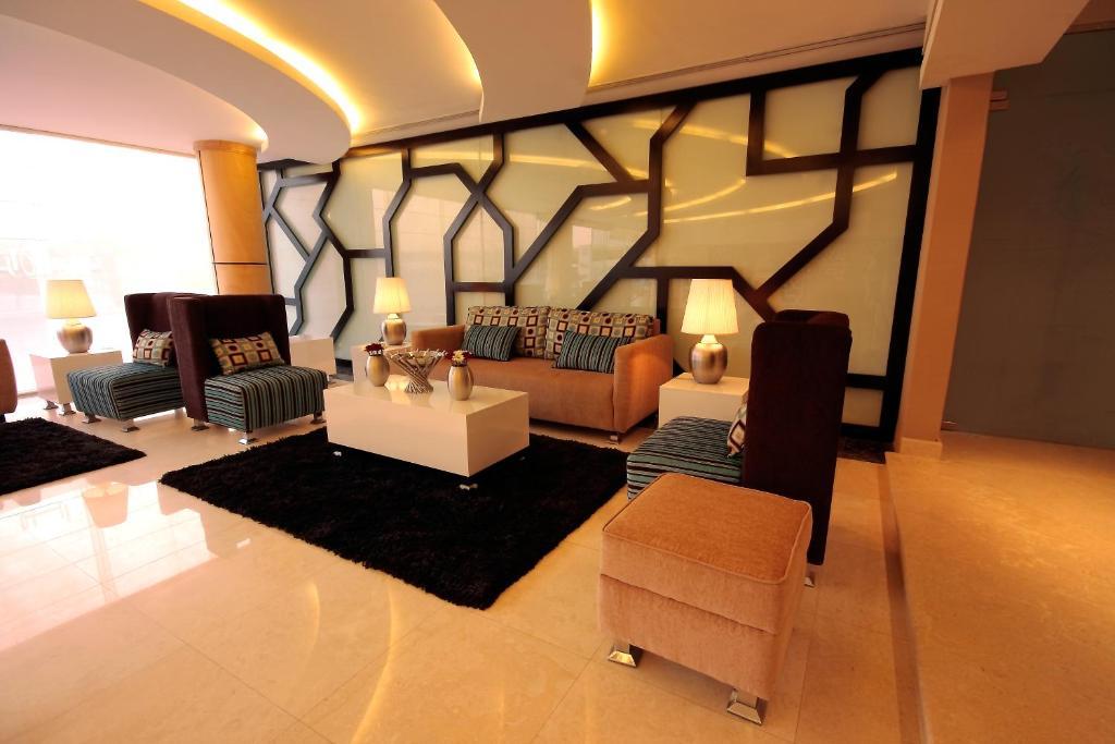 Uma área de estar em Meera Suites