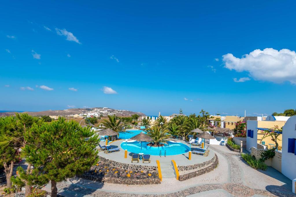 Vue sur la piscine de l'établissement Caldera View Resort ou sur une piscine à proximité