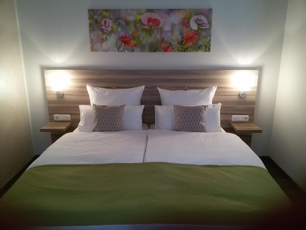 Ein Bett oder Betten in einem Zimmer der Unterkunft Landgasthof May