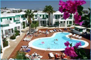 Uitzicht op het zwembad bij Apartamentos Luz Y Mar of in de buurt