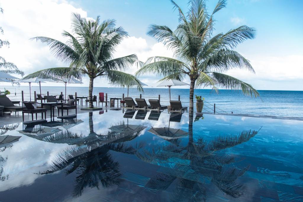 Бассейн в The Palmy Phu Quoc Resort & Spa или поблизости