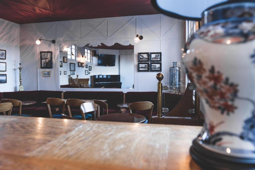 Salon ou bar de l'établissement Hôtel Les Coutainvillaises