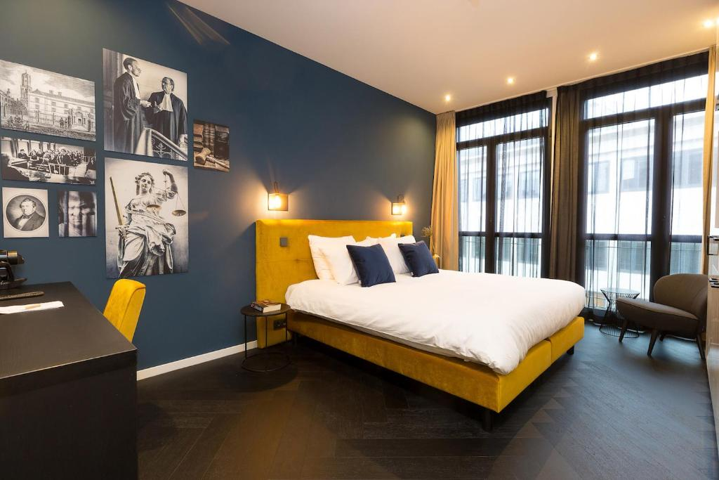 A bed or beds in a room at Court Hotel City Centre Utrecht