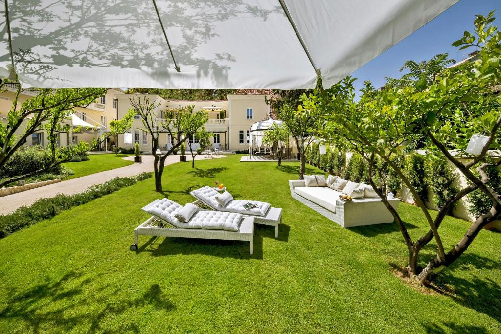 A garden outside Hotel Villa Fanny