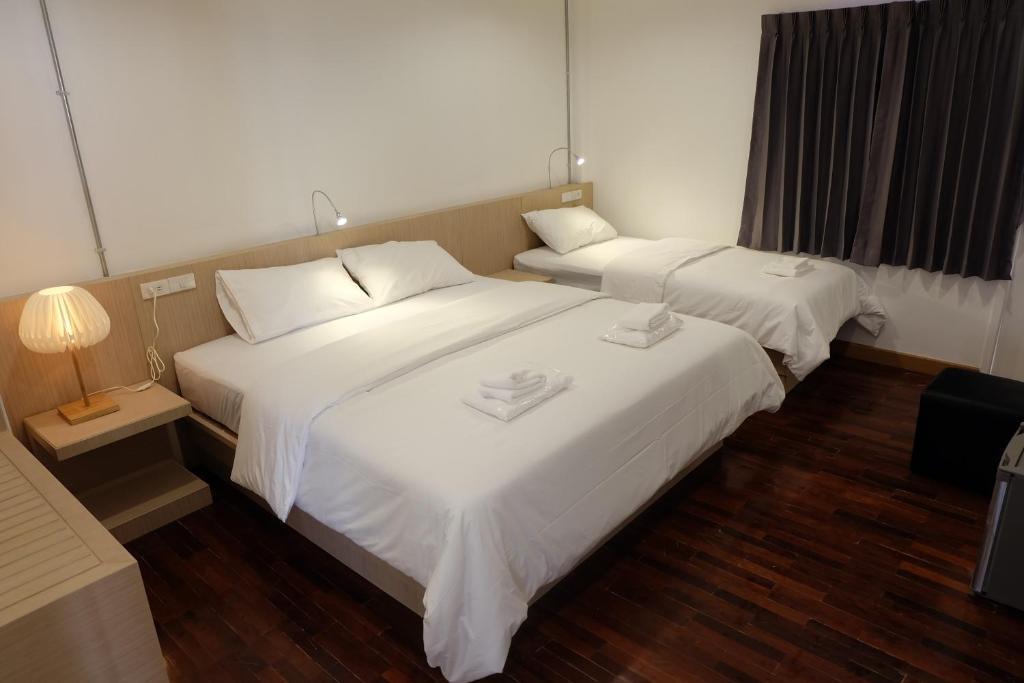 เตียงในห้องที่ F Plus F Hostel