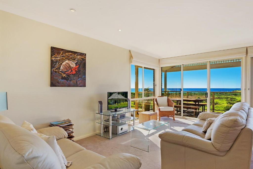A seating area at Beach Breakers Apartment - Stunning Views