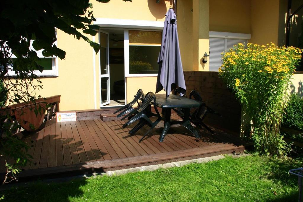 Basen w obiekcie Apartament z tarasem i ogrodem lub w pobliżu
