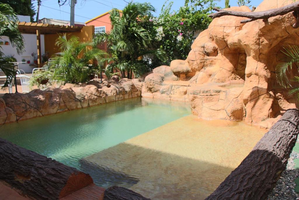 A piscina localizada em Hospedaje Solymar Sarie Bay ou nos arredores