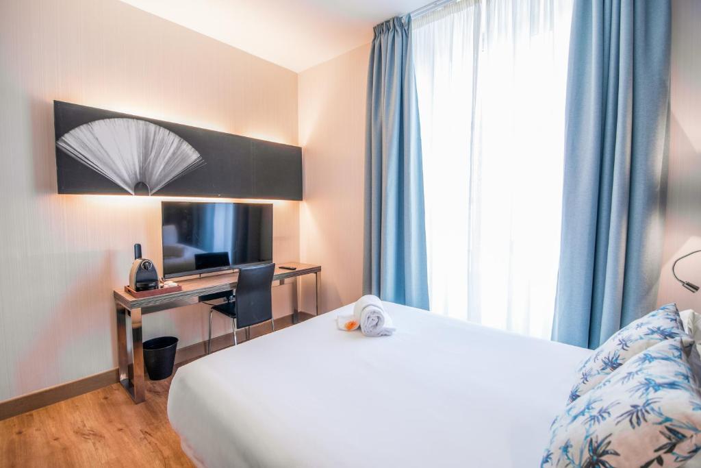A bed or beds in a room at Petit Palace Santa Cruz