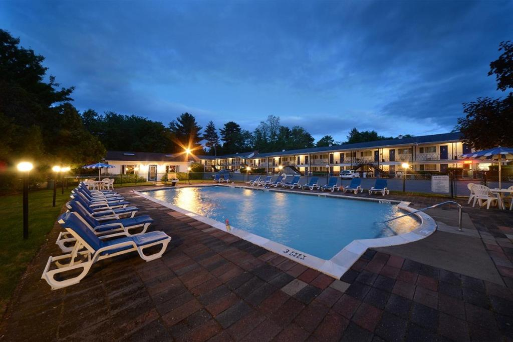The swimming pool at or close to Turf and Spa Motel