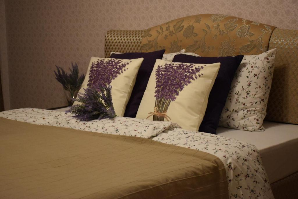 A bed or beds in a room at Apartment on Solnechnaya