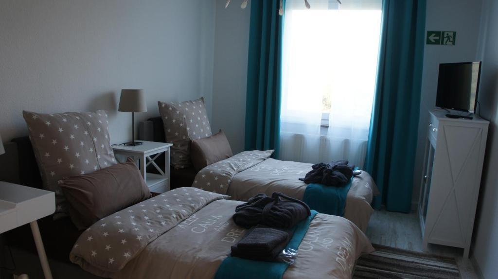 A bed or beds in a room at GästeHaus am Flughafen Düsseldorf