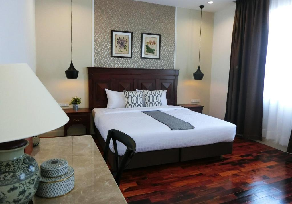 A bed or beds in a room at Bloom Boutique Hotel & Cafe
