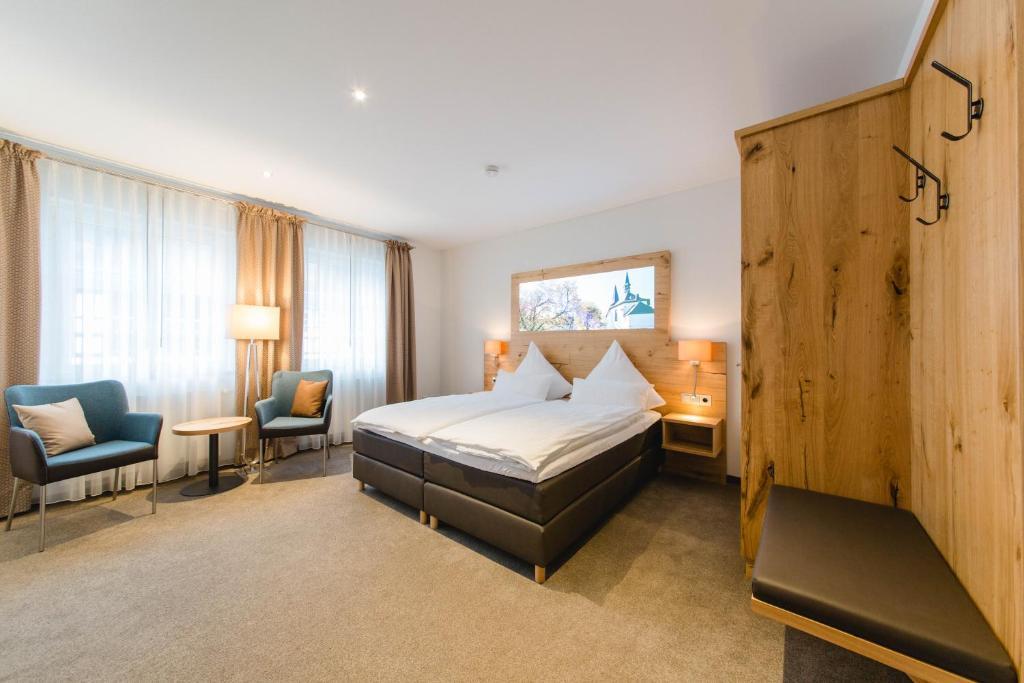 Ein Bett oder Betten in einem Zimmer der Unterkunft Domschänke Eslohe Brauereigasthof