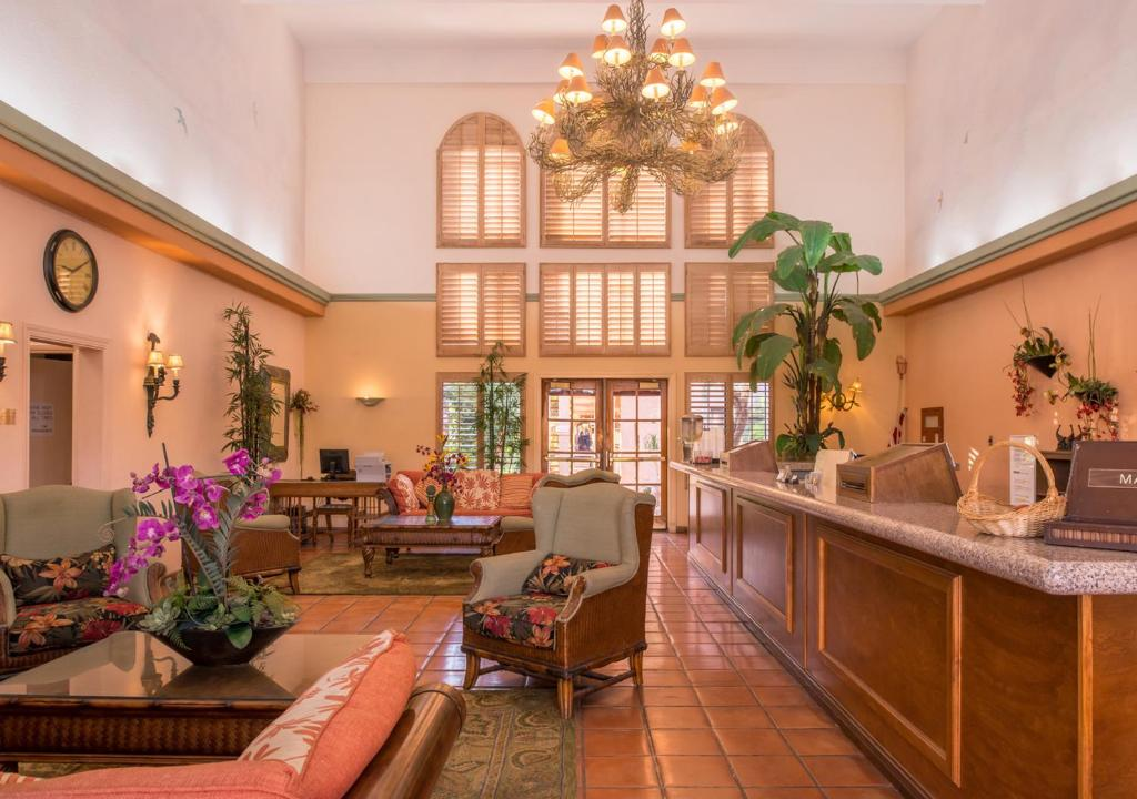 The lobby or reception area at La Fuente Inn & Suites