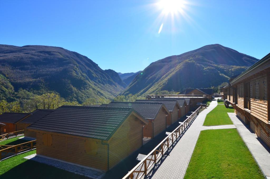 Vista generica sulle montagne o vista sulle montagne dall'interno del villaggio turistico