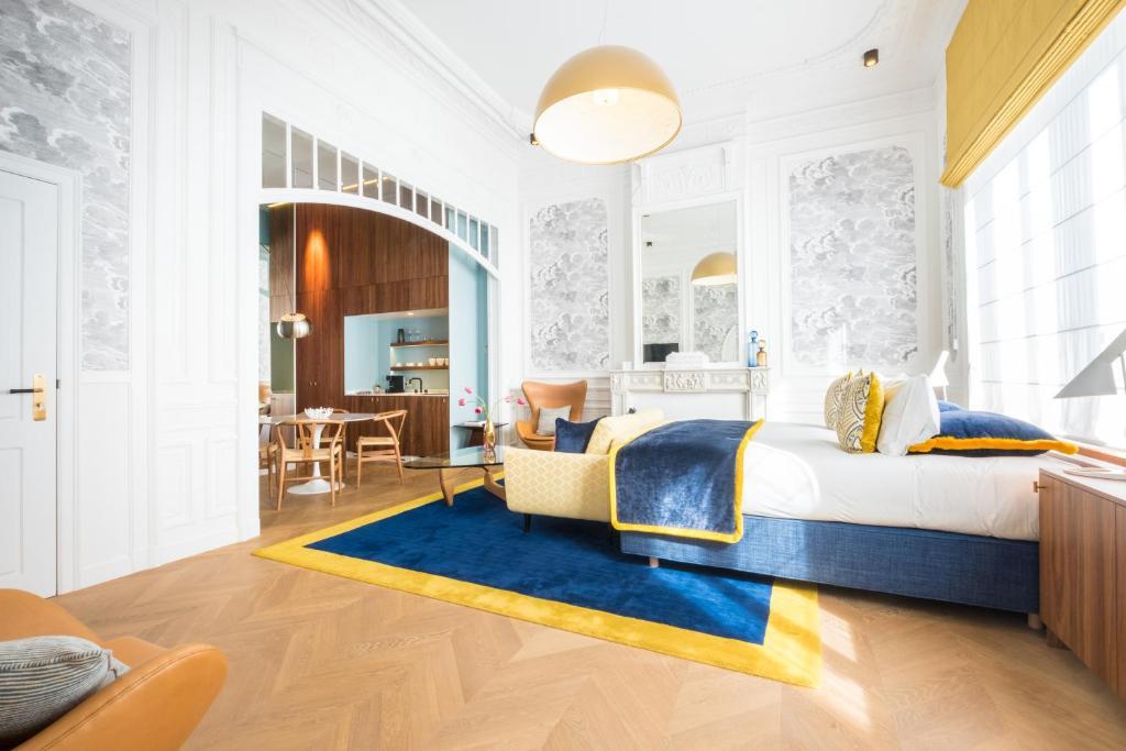Een bed of bedden in een kamer bij Raphael Suites by Smartflats