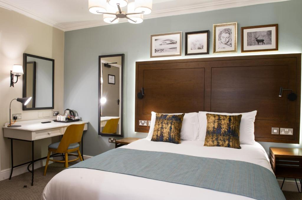 A bed or beds in a room at Innkeeper's Lodge Loch Lomond
