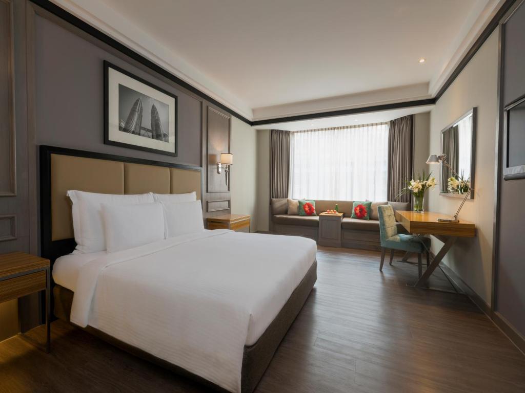 سرير أو أسرّة في غرفة في ميليا كوالالمبور