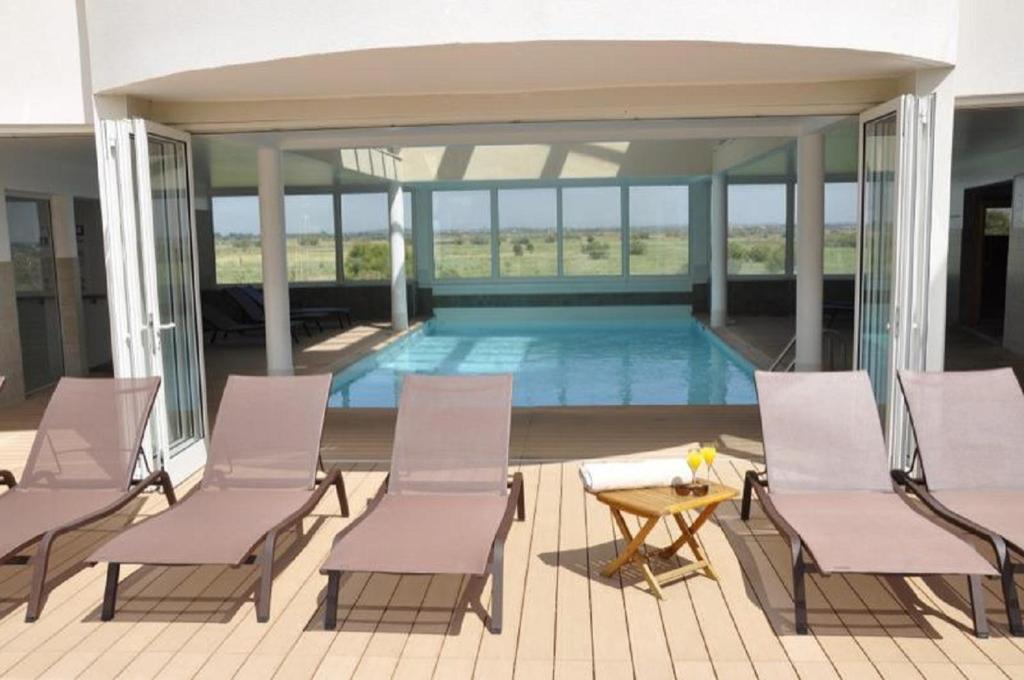 Het zwembad bij of vlak bij Résidence Hôtelière Natureva & Spa