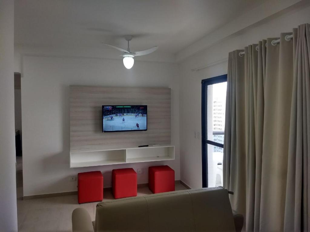 Uma área de estar em Flat Guarujá