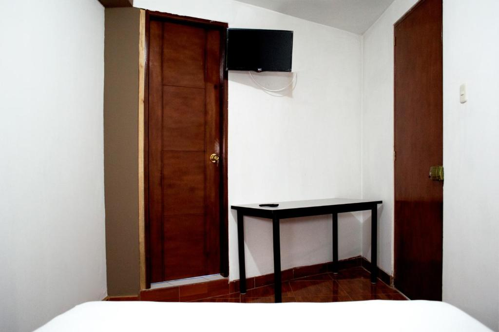 A television and/or entertainment centre at Hostal Los Angeles