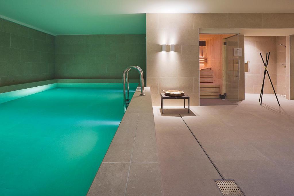 Der Swimmingpool an oder in der Nähe von Pestana Amsterdam Riverside