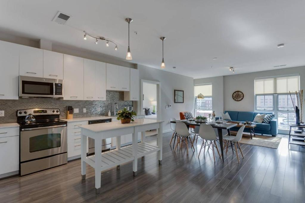 A kitchen or kitchenette at Two Bedroom on H Street