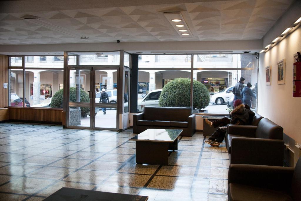 O saguão ou recepção de Hotel Premier Bariloche