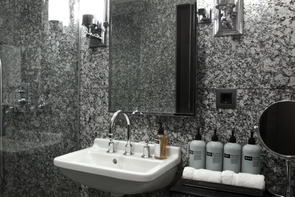 A bathroom at Sand Hotel by Keahotels