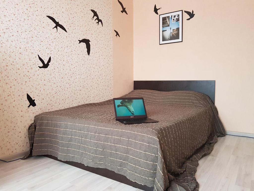 Кровать или кровати в номере ВАМкНАМ Дыбенко 25