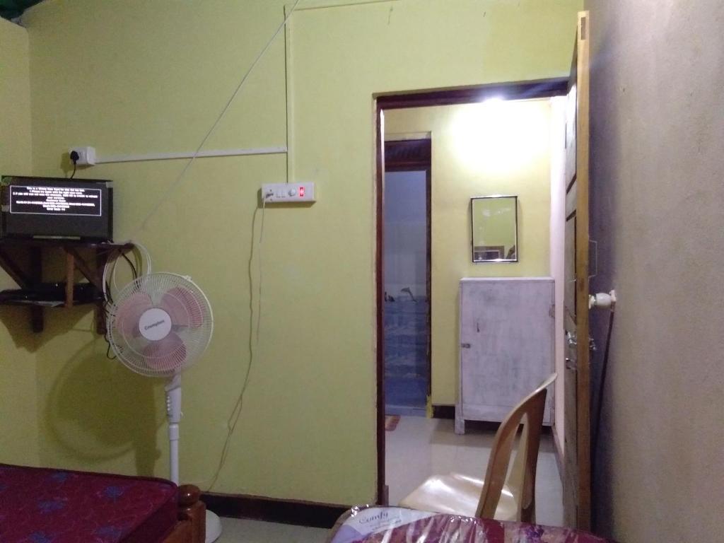 A bathroom at Om Ganapati Stay home