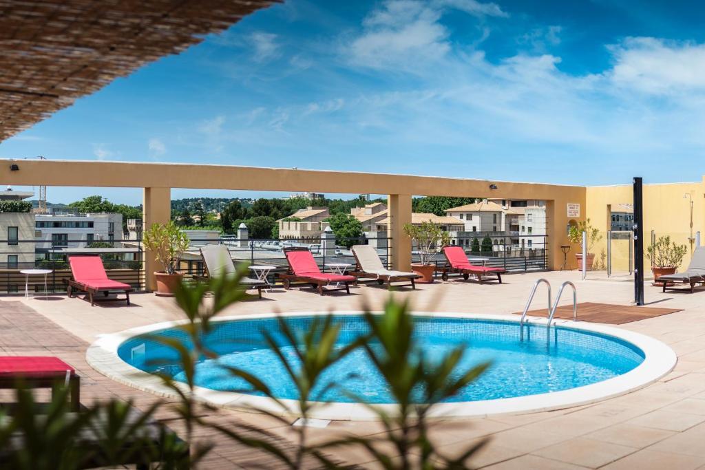 The swimming pool at or near Avignon Grand Hotel