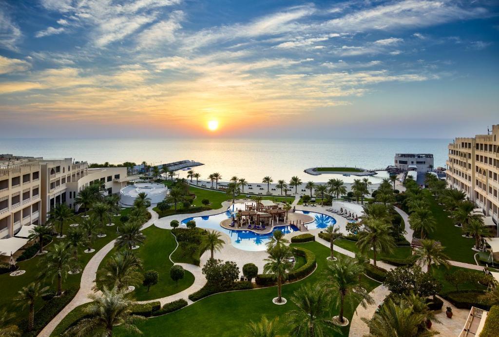 Вид на бассейн в Sofitel Bahrain Zallaq Thalassa Sea & Spa или окрестностях