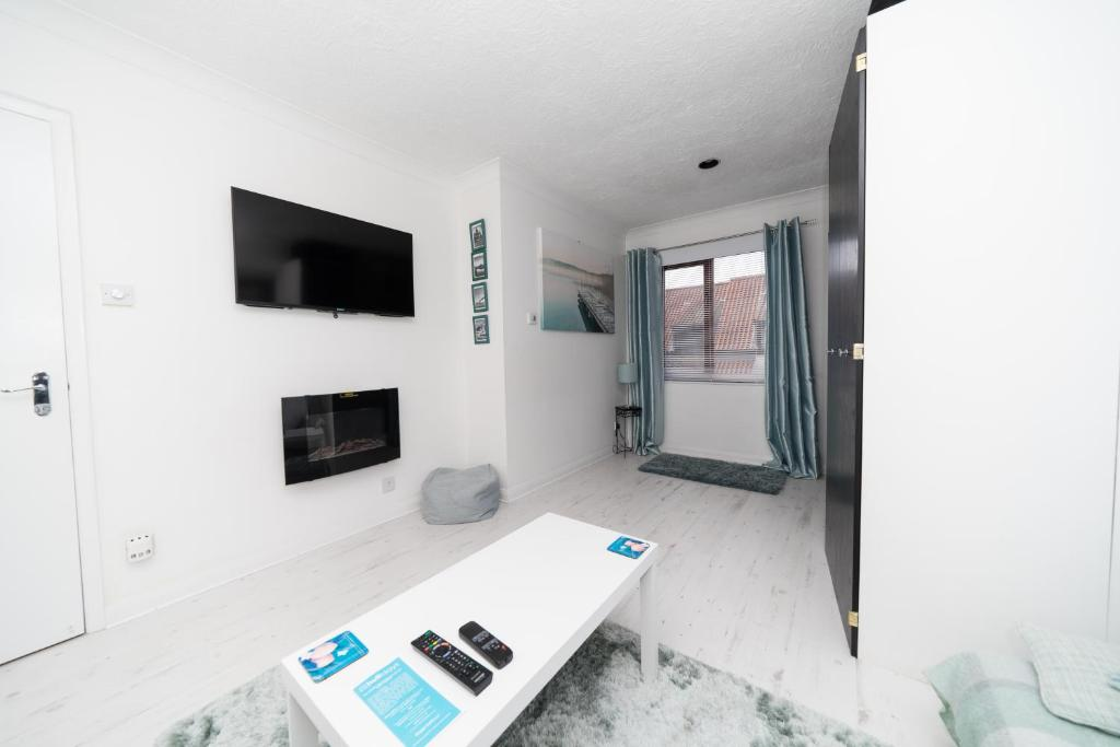 A television and/or entertainment center at Hullidays - Trinity Studio Apt.