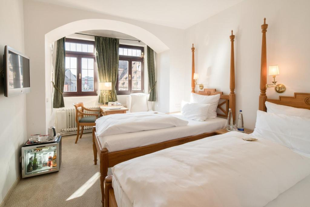 A bed or beds in a room at Hotel Deutscher Kaiser