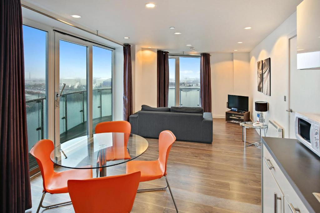 A seating area at TheHeart Apartments by BridgeStreet