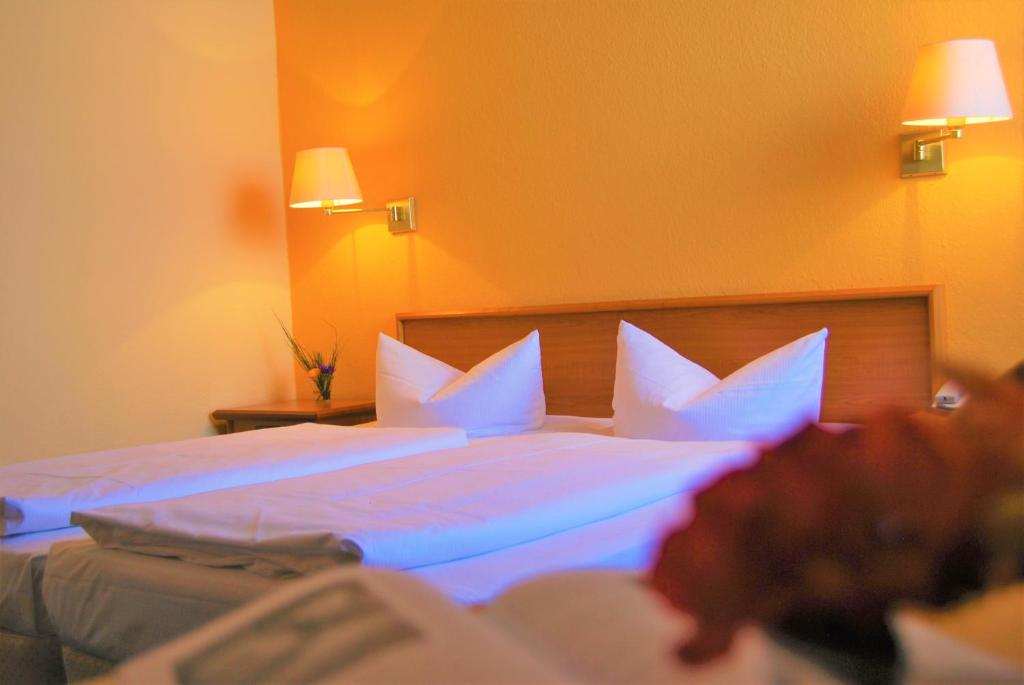 A bed or beds in a room at Konsul Hotel