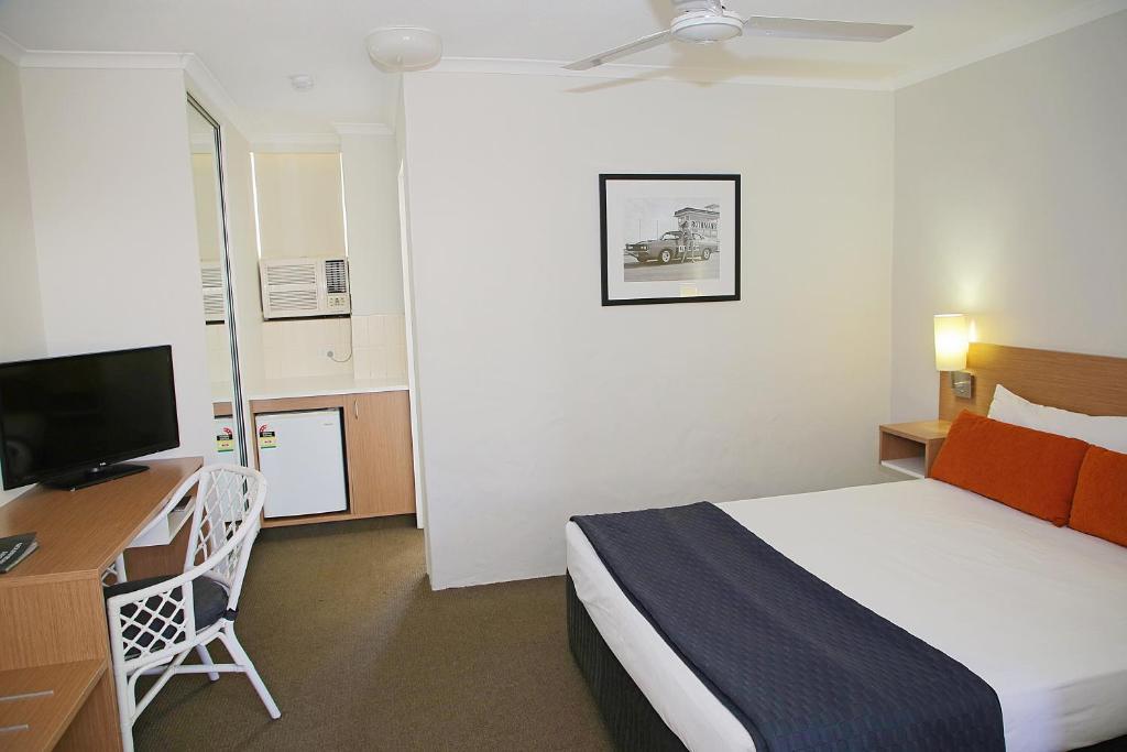 Кровать или кровати в номере Darcy Arms Hotel Motel