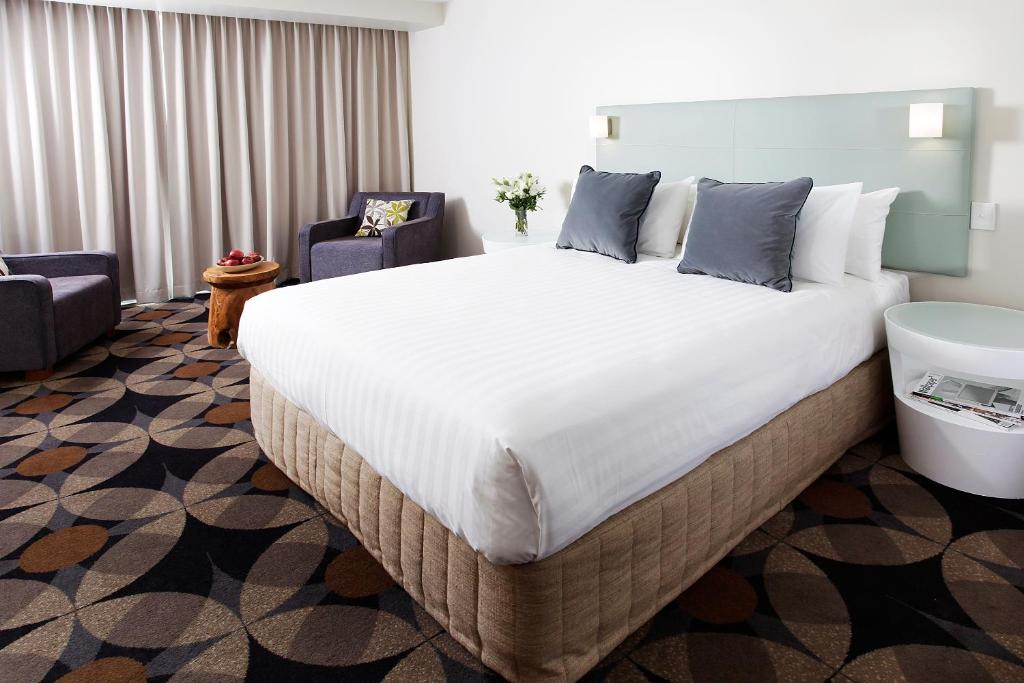 A bed or beds in a room at Rydges Gladstone