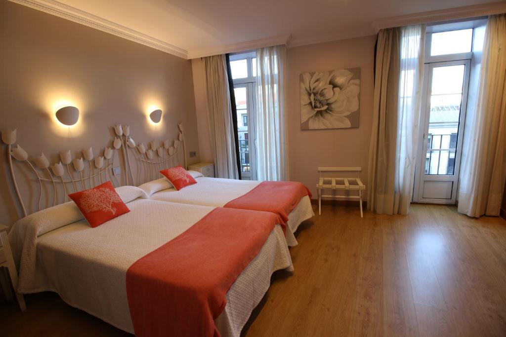 A bed or beds in a room at Hotel Alda Puerta Del Sol
