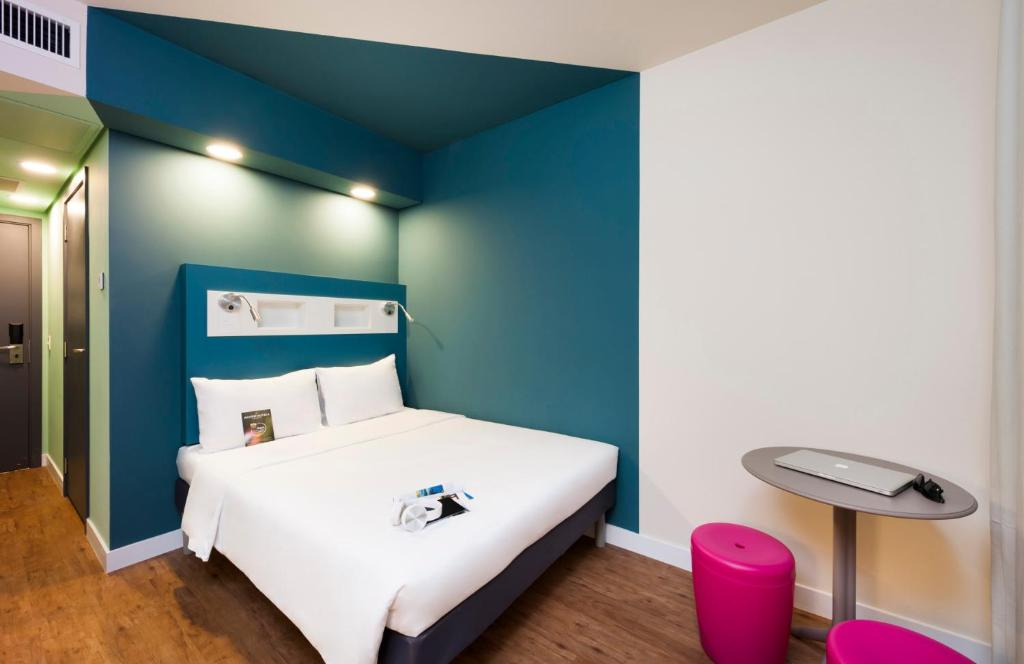 A bed or beds in a room at ibis budget Navegantes Itajai