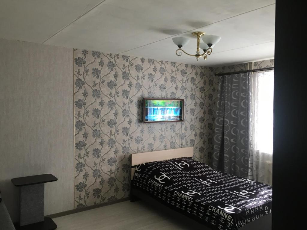 Кровать или кровати в номере Apartment on Lodygina street