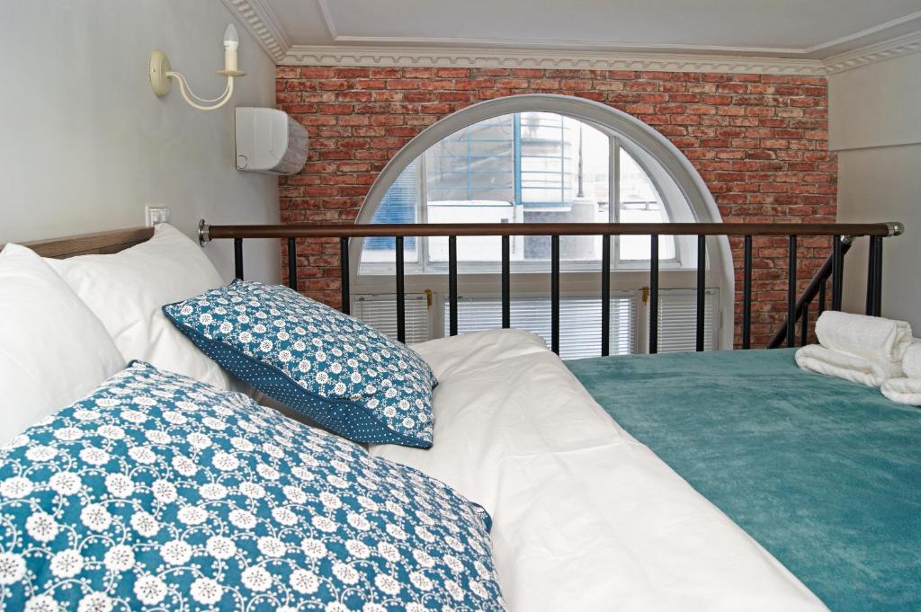 Кровать или кровати в номере Апельсин Отель на Дубровке
