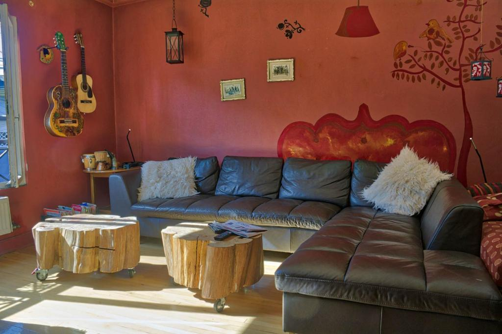 A seating area at Airesbuenos Hostel y Permacultura