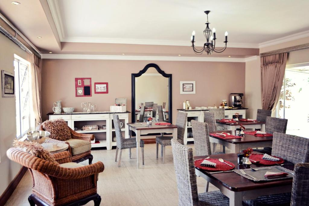 A restaurant or other place to eat at Bokmakierie Gastehuis Emalahleni Pty Ltd